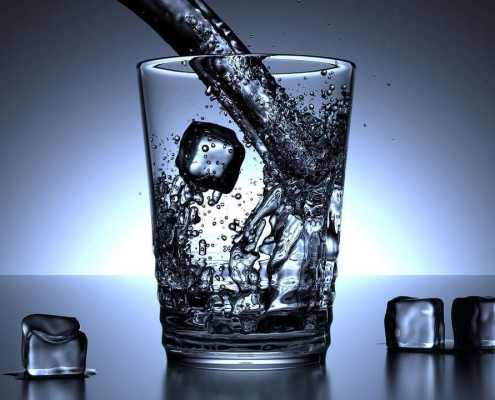 Wasser mit Eiswürfel